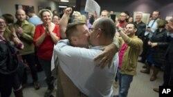 Hiện nay chính phủ liên bang Mỹ công nhận hôn nhân đồng tính tại 32 tiểu bang và Washington D.C.