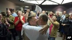 به حکم دادگاه فدرال، شناختن ازدواج همجنسگرایان در ایالت یوتا قانونی شناخته شد - سالت لیک سیتی، یوتا دسامبر ۲۰۱۳