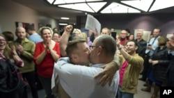 犹他州盐湖城婚姻注册办公室外一对刚成婚的同性伴侣在接吻
