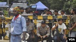 Polisi berjaga-jaga di lokasi PT Freeport-McMoran di daerah Timika, Papua, sementara para buruh Freeport memulai aksi mogok kerja karena menuntut kenaikan upah (foto:dok).
