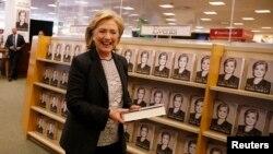 """Hillari Klinton kitab mağazasında """"Çətin seçimlər"""" kitabının təqdim edildiyi stendin qarşısında"""