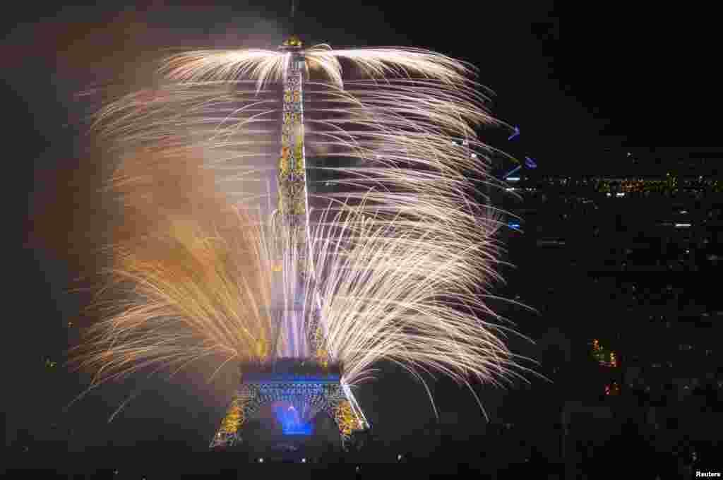 Kembang api dinyalakan di dekat Menara Eiifel untuk memperingati Hari Bastille di Paris.