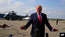 도널드 트럼프 미국 대통령이 7일 뉴저지주 방문 뒤 워싱턴으로 출발하기 전 기자들의 질문에 답하고 있다.