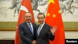Ngoại trưởng Trung Quốc Vương Nghị (phải) bắt tay Ngoại trưởng Thổ Nhĩ Kỳ Mevlut Cavusoglu trong một cuộc gặp gỡ tại Nhà khách ở Bắc Kinh, Trung Quốc, ngày 3 tháng 8, 2017.