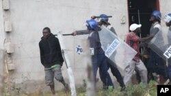 Des policiers armés s'en prennent aux manifestants à Harare, Zimbabwe, le 4 juillet 2016.