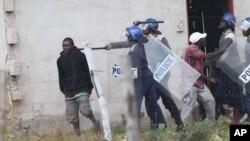 FILE: Omunye wabantu abakhahlanyezwa ngamapholisa uzulu etshengisela emigwaqweni.