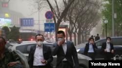 15일 오후 최악의 황사가 찾아든 중국의 수도 베이징 도심. 시민들이 짙은 황사에 저마다 마스크, 머플러 등으로 얼굴을 가린채 귀가를 서두르고 있다.