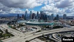 Đường cao tốc dẫn vào Los Angeles, thành phố lớn nhất bang California, vắng vẻ sau khi có lệnh 'trú ẩn trong nhà'