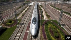 2011年7月26日高速列车从北京南站出发。