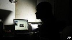 Seorang blogger Vietnam yang merahasiakan identitasnya (foto: dok). Pemerintah Vietnam melakukan pengawasan ketat terhadap para blogger yang mengritik pemerintah.