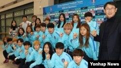 윤덕여 감독이 이끄는 한국 여자축구 대표팀이 지난 10일 키프로스컵 국제대회에서 준우승을 차지하고 인천공항을 통해 귀국, 파이팅을 외치고 있다. 여자대표팀은 다음 달 북한 평양에서 열리는 2018 아시안컵 예선에 출전할 예정이다.