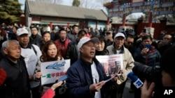 Familiares de los pasajeros a bordo del desaparecido vuelo MH370 hablaron con los periodistas en Beijing, en el segundo aniversario, el martes, 8 de marzo de 2016.