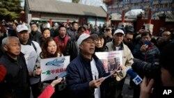Para keluarga korban pesawat Malaysia Airlines nomor penerbangan MH370 yang hilang, berbicara kepada media di Beijing, China (foto: dok).