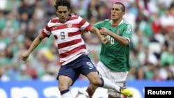 Hérculez Gómez (izquierda) defiende la pelota del mexicano Jorge Torres Nilo, durante el amistoso de este miércoles 15 de agosto.