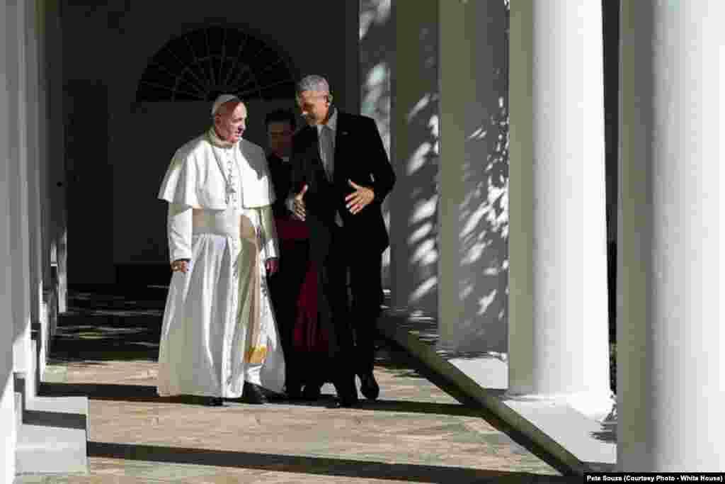 Le pape François et le président marchent ensemble après une réunion à la Maison Blanche, le 23 septembre 2015.