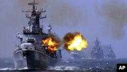 지난 2014년 5월 중국과 러시아가 동중국해에서 합동해상훈련을 실시한 가운데, 중국 해군 하얼빈 유도미사일 구축함이 사격 훈련을 하고 있다. (자료사진)
