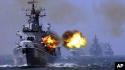 Tàu khu trục mang tên lửa Harbin (112) của Trung Quốc tham gia cuộc tập trận hải quân chung giữa Nga và Trung Quốc kéo dài 1 tuần tại ngoài khơi vùng biển Thượng Hải, ngày 24/5/2014.