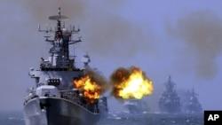 Tàu khu trục mang tên lửa Harbin (112) của Trung Quốc tham gia cuộc tập trận hải quân chung giữa Nga và Trung Quốc kéo dài 1 tuần ngoài khơi vùng biển Thượng Hải, ngày 24/5/2014.