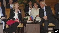 菲律賓外長羅薩里奧在東盟會議期間與美國國務卿克林頓會面。