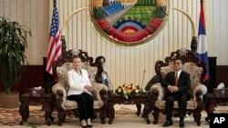 La secretaria de Estado Hillary Clinton y el primer ministro de Laos, Thongsing Thammavong, se reunen en Vientián, Laos.