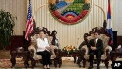 Menlu AS Hillary Clinton (kiri) dan Perdana Menteri Laos Thongsing Thammavong di kantor Perdana Menteri Laos di Vientiane (11/7). Menlu Clinton adalah Menlu AS pertama yang mengunjungi negara itu sejak lebih dari 50 tahun.