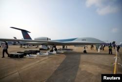 广东珠海中国国际航空航天博览会上展出的彩虹-6无人机。(2021年9月28日)