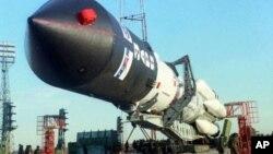 Российская ракета «Протон» устанавливается на стартовой позиции (архивное фото)