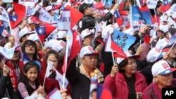 台灣2012年總統選舉期間﹐馬英九的支持者於12月18在台北的一個造勢活動中呼喊支持馬英九。