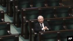 Pemimpin partai berkuasa konservatif, Law and Justice, Jaroslaw Kaczynski, dalam sesi parlementer di Warsawa, Polandia, 3 April 2020. (Foto: dok).
