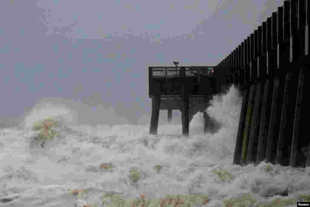 Những cơn sóng vỗ vào cầu cảng khi cơn bão Michael đổ bộ thành phố Panama, Florida, 10/10/2018.