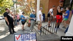 Warga antre untuk memberikan suaranya lebih awal dalam pemilihan presiden AS 2016 di tempat pemungutan suara di Carrboro, North Carolina (20/10). (Reuters/Jonathan Drake)