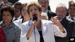 지우마 호세프 브라질 대통령이 지난 5월 탄핵 심판 개시로 직무가 정지된 직후 탄핵 소추의 부당성을 밝히고 있다. 오른쪽은 이나시우 룰라 다 시우바 전 대통령. (자료사진)