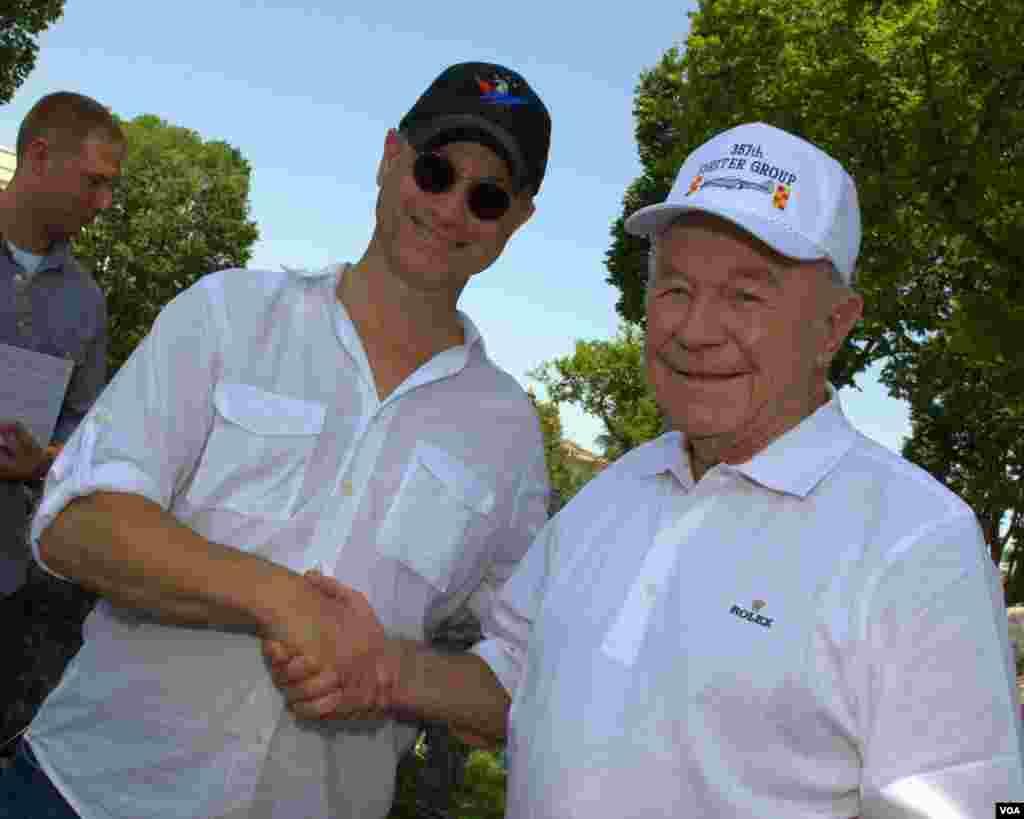Гэри Синиз с пилотом-ветераном Чаком Йегером