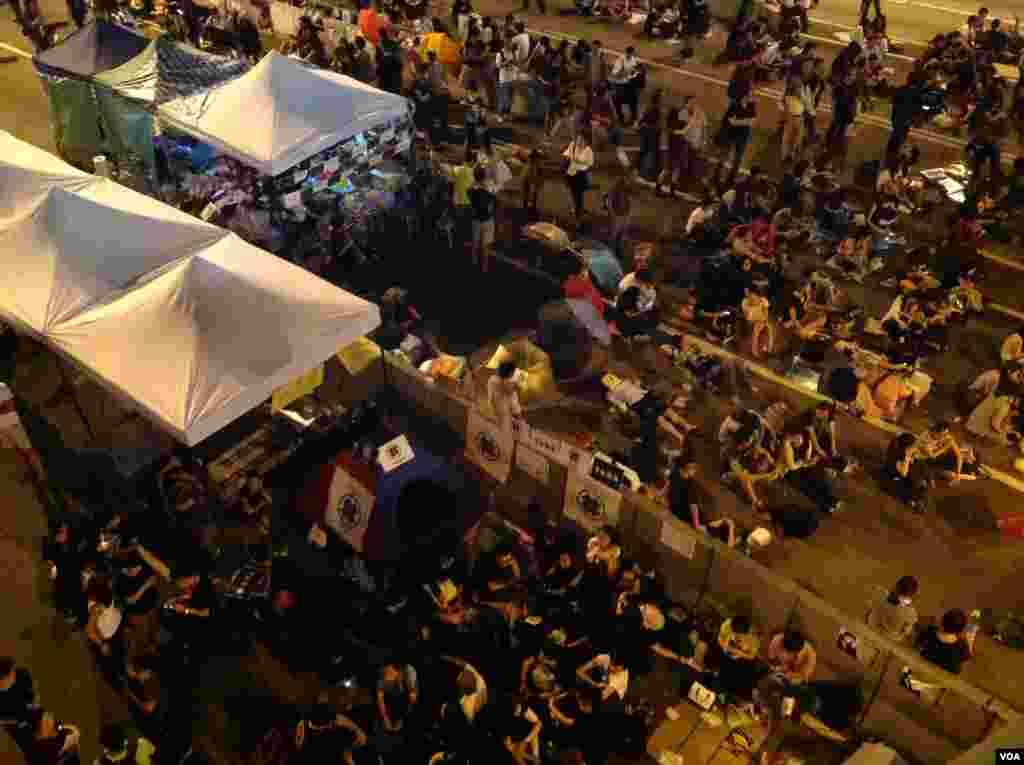 数以万计学生和市民重返金钟抗议政府搁置对话(美国之音海彦拍摄)