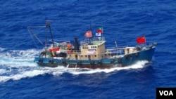 """在釣魚島附近海域航行的香港保釣船""""啟豐2號"""" (日本海上保安廳)"""