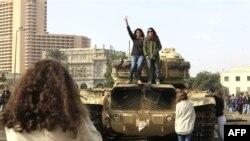 Misirli qızlar hərbi maşın üzərində qələbə işarəsi göstərirlər