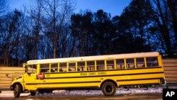 El alcalde de Atlanta dijo que los niños están a salvo ya sea en sus escuelas o alejados de los autobuses que quedaron en las carreteras.