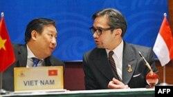 Bộ trưởng Ngoại giao Việt Nam Phạm Gia Khiêm (trái) nói chuyện với Ngoại trưởng Indonesia Marty Natalegawa (phải) trong một buổi lễ ký kết của ASEAN tại Hà Nội, ngày 27/10/2010