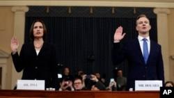 از راست به چپ، دیوید هولمس، یکی از مامورین ارشد وزارت خارجۀ امریکا و فیونا هل، مشاور سابق قصرسفید
