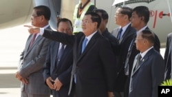 Cambodia's Prime Minister Hun Sen at Phnom Penh International Airport, in Phnom Penh, Cambodia, Monday, Oct. 19, 2015. (AP Photo/Heng Sinith)