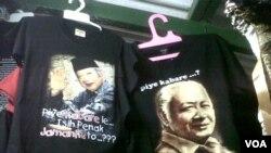 Kaus bergambar mantan Presiden Soeharto yang dijual di sebuah pasar tradisional Jakarta (18/3). (VOA/Andylala Waluyo)
