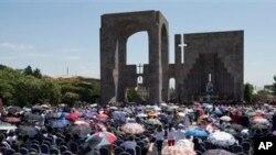 پوپ فرانسس آرمینیا میں قتل عام کی یادگار پر ہونے والی تقریب میں۔ فائل فوٹو