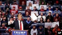 共和党总统参选人川普星期天在印第安纳州韦恩堡的竞选集会上讲话。(2016年5月1日)