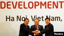 រូបឯកសារ៖ លោកនាយករដ្ឋមន្ត្រី ហ៊ុន សែន (ឆ្វេង) លោកនាយករដ្ឋមន្ត្រីវៀតណាម Nguyen Xuan Phuc (កណ្តាល) និងលោកនាយករដ្ឋមន្ត្រីឡាវ Thongloun Sisoulith ថតរូបរួមគ្នាមួយមុនកិច្ចប្រជុំលើកទី១០រវាងកម្ពុជា ឡាវ និងវៀតណាម ដែលជាផ្នែកមួយនៃកិច្ចប្រជុំអនុតំបន់មេគង្គ នៅទីក្រុងហាណូយ ប្រទេសវៀតណាម កាលពីថ្ងៃទី៣១ ខែមិនា ឆ្នាំ២០១៨។