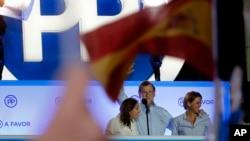 Penjabat Perdana Menteri Spanyol dan kandidat Partai Populer Mariano Rajoy (tengah), merayakan hasil perolehan suara partai dalam pemilu nasional, di Madrid (26/6). (AP/Paul White)