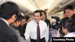台湾总统马英九在飞往德国途中与记者交流。(台湾总统府)