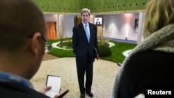 El secretario de Estado de EE.UU., John Kerry, habló con los periodistas durante la conferencia de la ONU sobre cambio climático en París, el viernes 11 de diciembre de 2015.