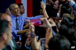 Tổng thống Mỹ Barack Obama đến chào hỏi sau buổi hỏi đáp trực tiếp với những người tham dự ở Lima, Peru, ngày 19 tháng 11, 2016.
