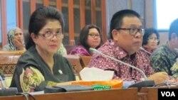 Menteri Kesehatan Nila Moeloek (kiri) dalam rapat kerja dengan Komisi IX DPR tentang vaksin palsu Senin (27/6) di gedung parlemen. (VOA/Fathiyah Wardah)