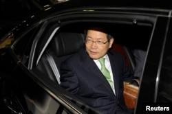 Cựu Thứ trưởng Ngoại giao Chun Yung-woo của Hàn Quốc đến sân bay Bắc Kinh năm 2010. Ông Yung-woo là cố vấn an ninh quốc gia của cựu Tổng thống Lee Myung-bak cho đến năm 2013.